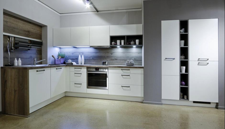 Kuchyně Gorenje v bílém provedení s doplňky v podobě váziček, věšáků i dekorativního osvětlení.